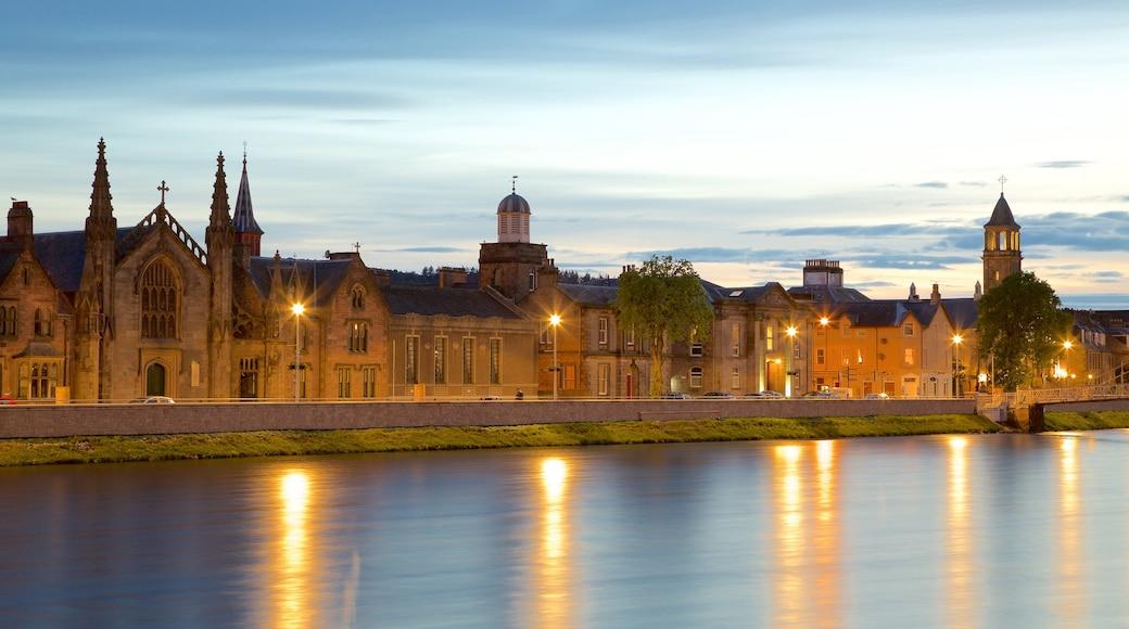 Inverness toont een kuststadje en een rivier of beek