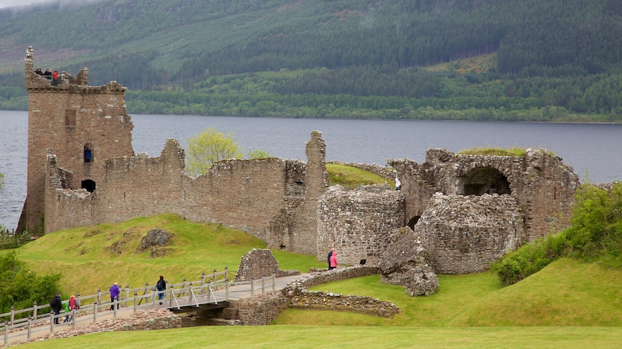 Urquhart Castle showing building ruins and a lake or waterhole