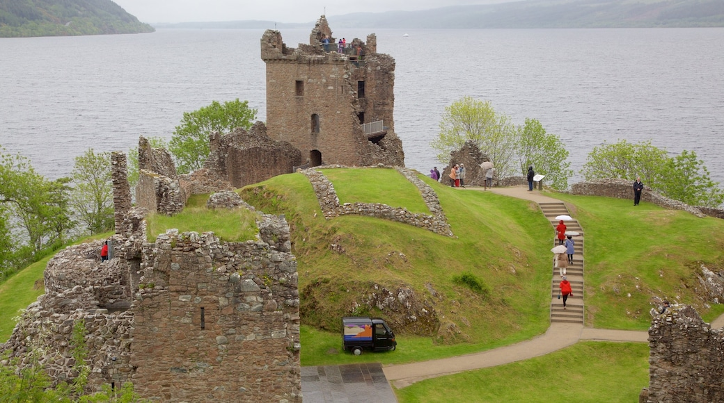 Urquhart Castle inclusief vervallen gebouwen en een meer of poel