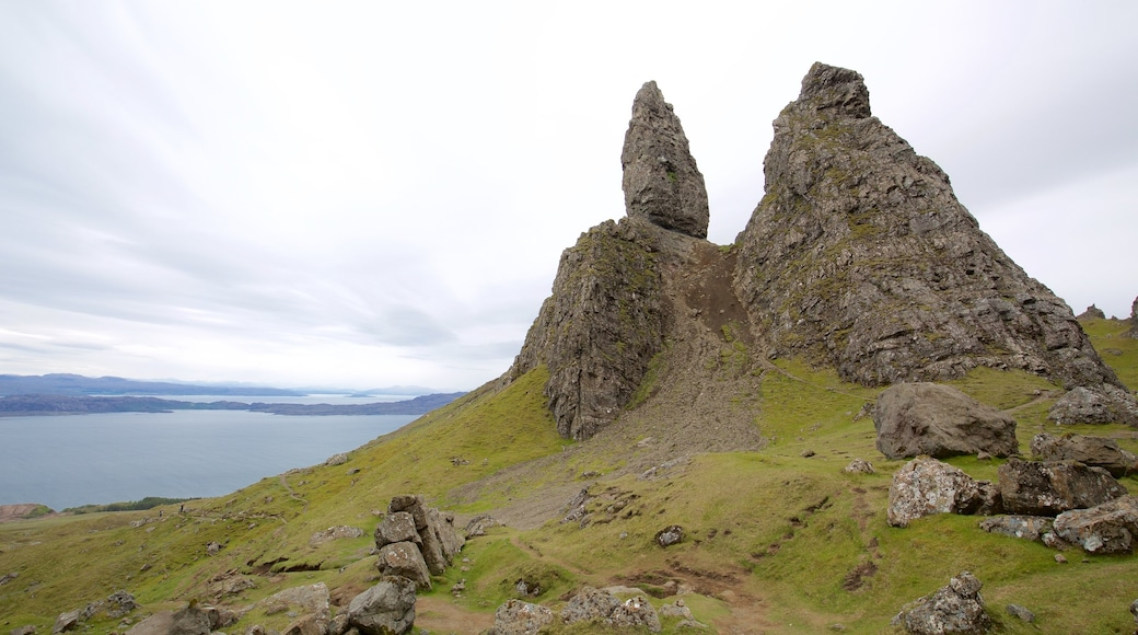Old Man of Storr featuring tranquil scenes, a lake or waterhole and a monument
