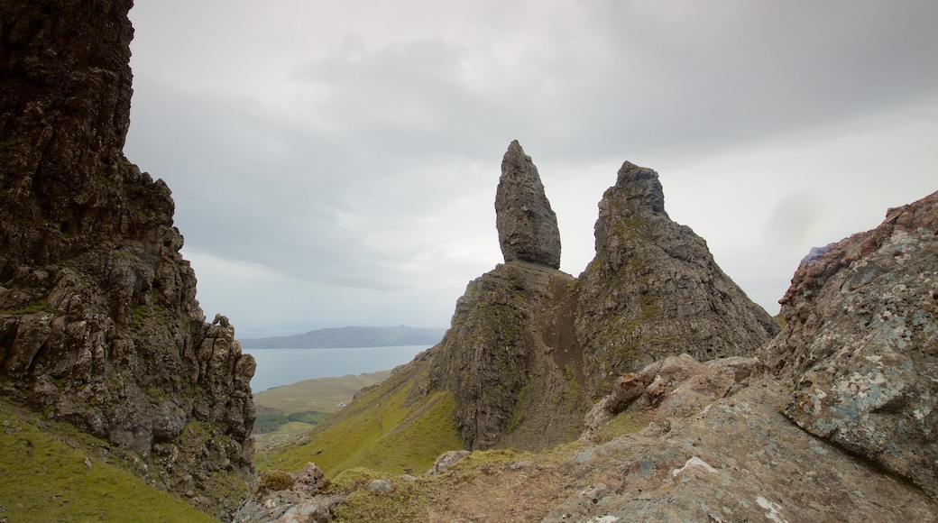 Old Man of Storr showing tranquil scenes, a monument and mountains