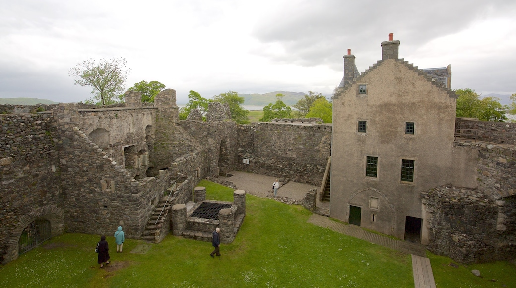 Dunstaffnage Castle and Chapel showing heritage elements, château or palace and heritage architecture