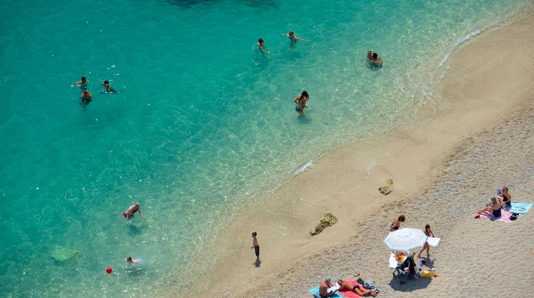 Provence qui includes plage de sable aussi bien que petit groupe de personnes
