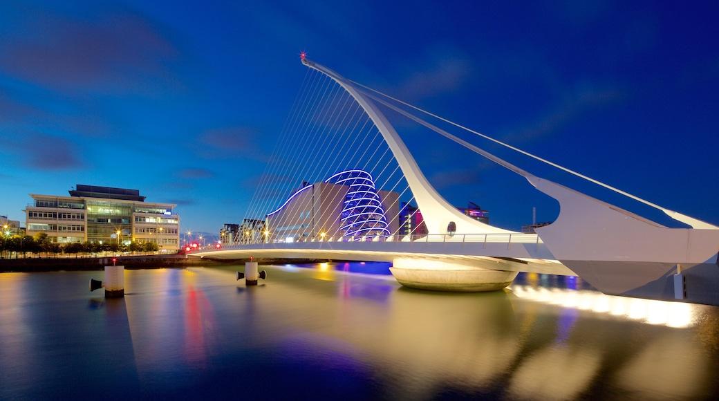 Dublin das einen Fluss oder Bach, bei Nacht und Brücke