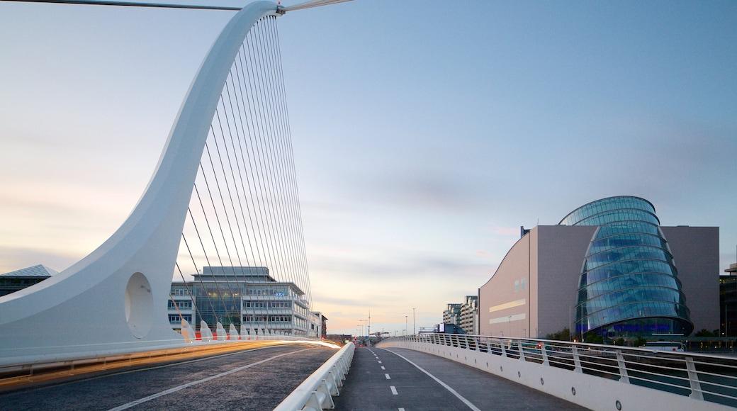Dublin welches beinhaltet moderne Architektur, Brücke und bei Nacht