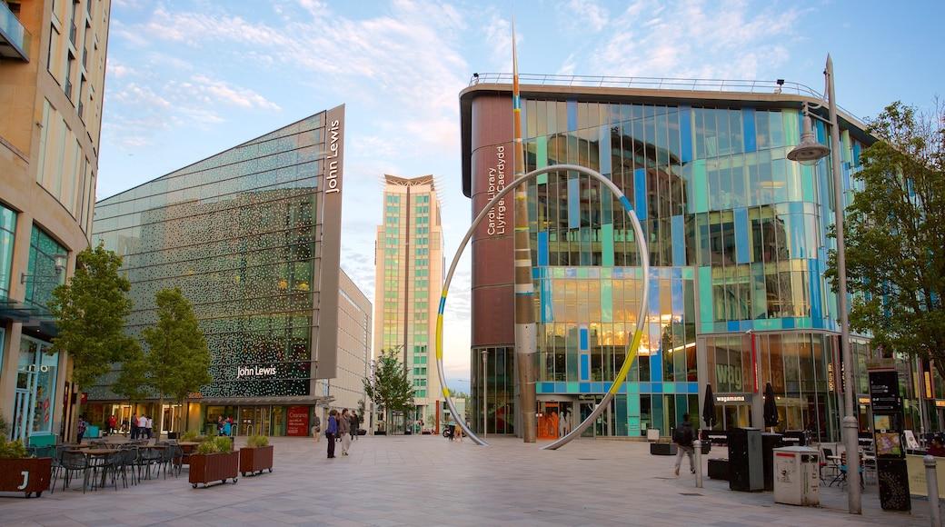 Cardiff mostrando uma cidade, arquitetura moderna e uma praça ou plaza