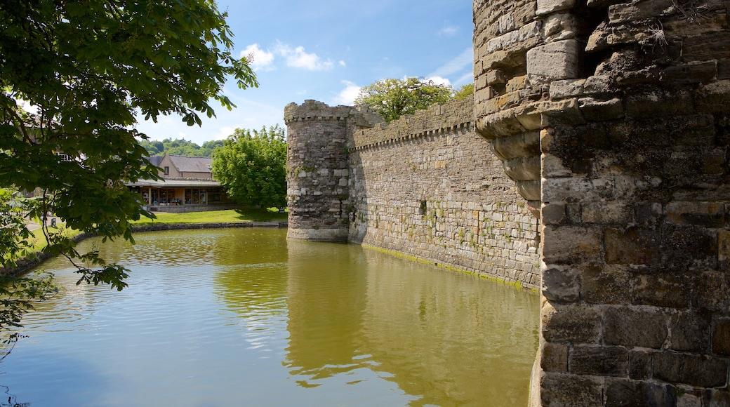 Beaumaris Castle mit einem Geschichtliches, Burg und Fluss oder Bach