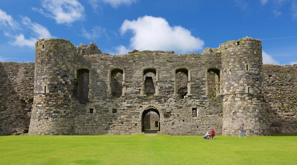 Beaumaris Castle mit einem historische Architektur, Geschichtliches und Palast oder Schloss