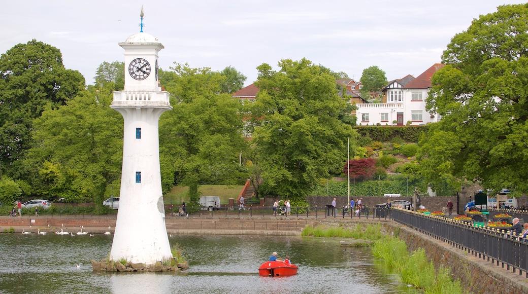 Roath Park mostrando esportes aquáticos, um lago ou charco e um jardim