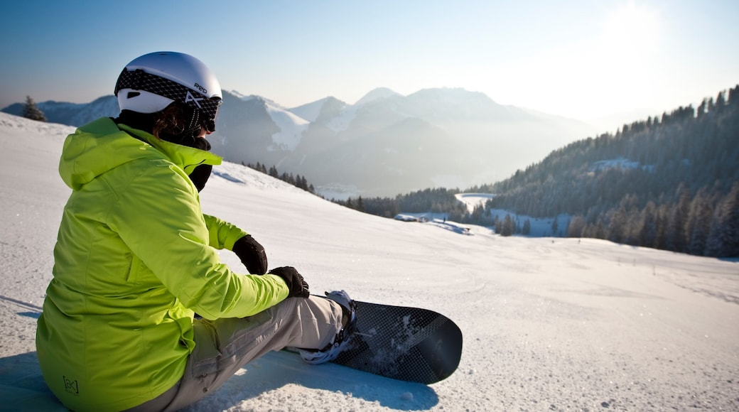 Spitzingsee mit einem Snowboarden und Schnee sowie einzelne Frau