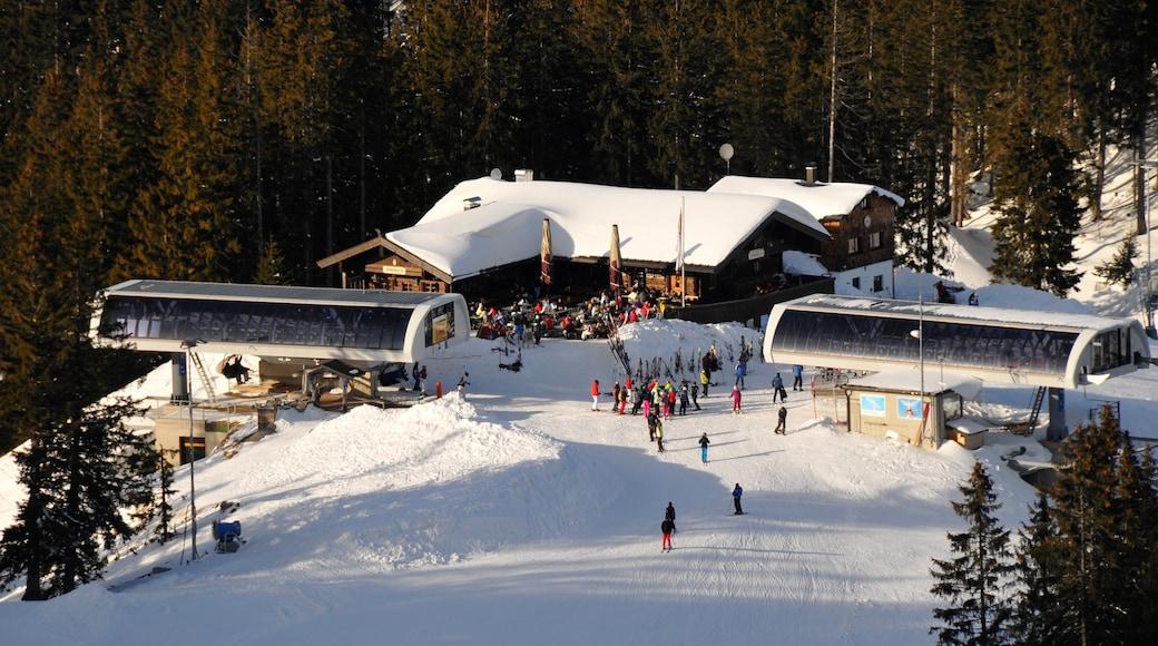Spitzingsee mit einem Gondel, Après-Ski und Schnee