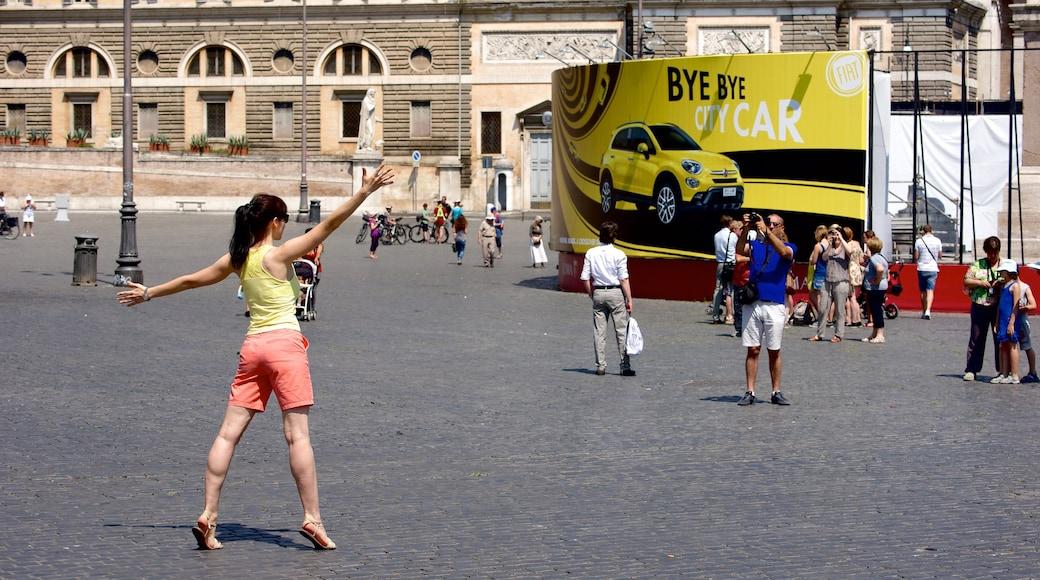 Via del Corso mostrando piazza cosi come un piccolo gruppo di persone