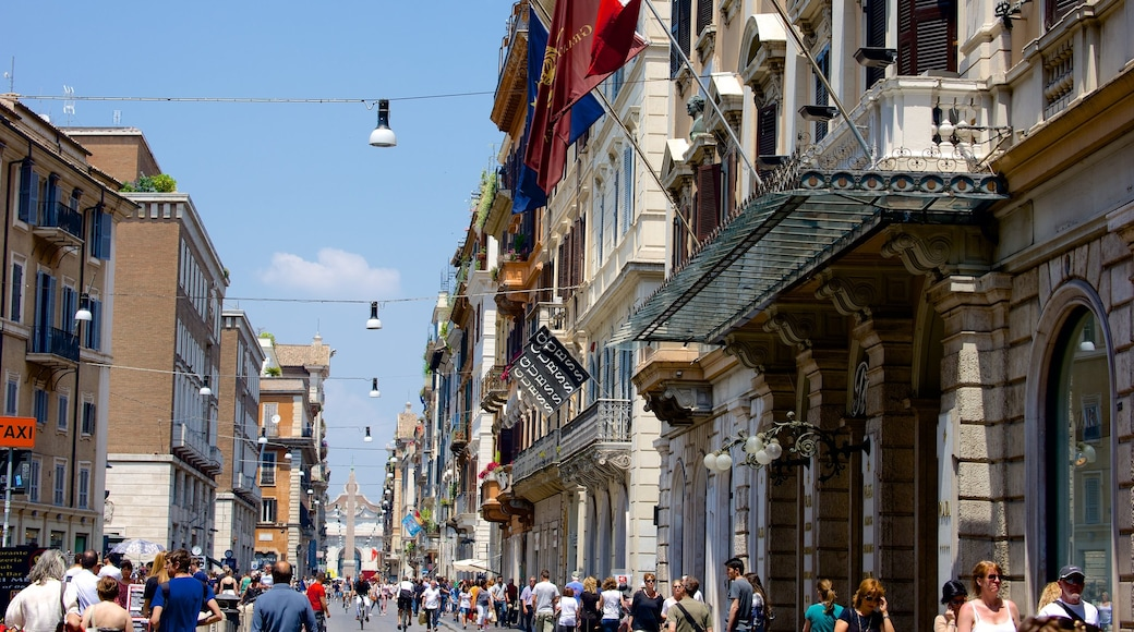 Via del Corso mostrando strade e città cosi come un grande gruppo di persone