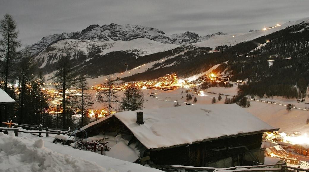 Livigno caracterizando paisagem, montanhas e cenas noturnas