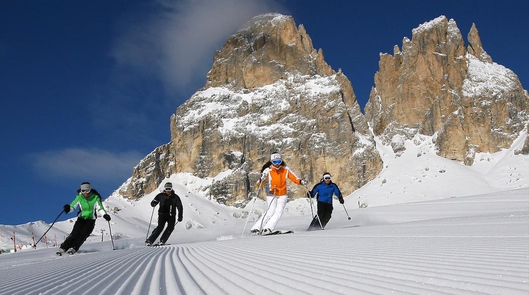 Fassatal welches beinhaltet Schnee, Skifahren und Berge