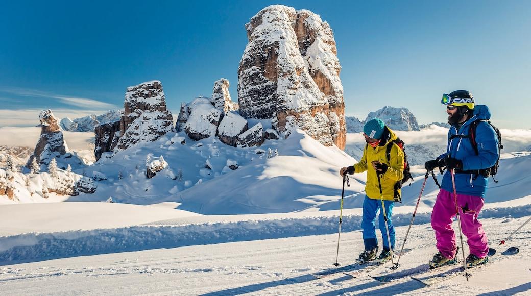 Wintersportort Cortina d\'Ampezzo das einen Schnee, Berge und ruhige Szenerie