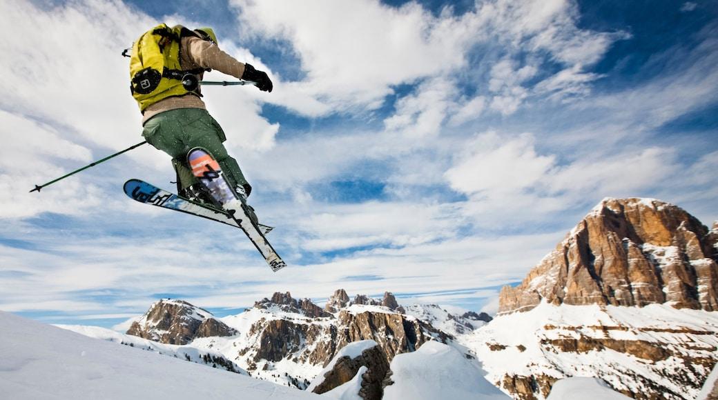 Wintersportort Cortina d\'Ampezzo das einen Berge, Schnee und Skifahren
