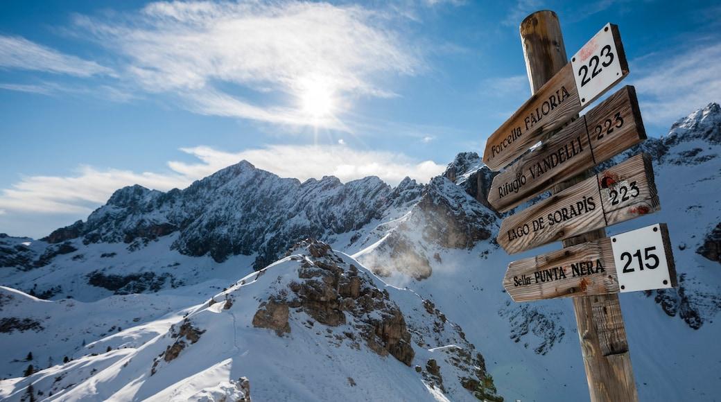 Wintersportort Cortina d\'Ampezzo welches beinhaltet Schnee, Berge und Beschilderung