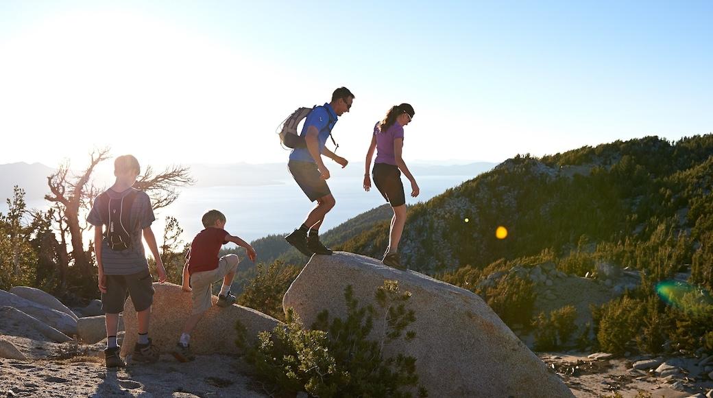 Heavenly Ski Resort mettant en vedette randonnée ou marche à pied et scènes tranquilles aussi bien que famille