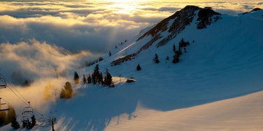 Squaw Valley Resort showing snow, a sunset and a gondola