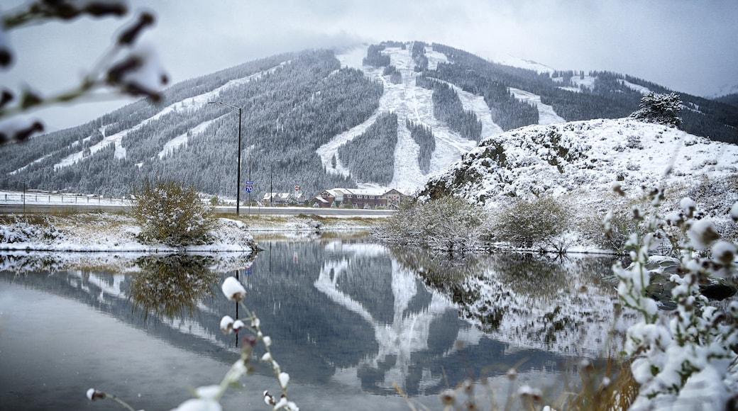 Estación de esquí Copper Mountain mostrando montañas, nieve y un lago o espejo de agua