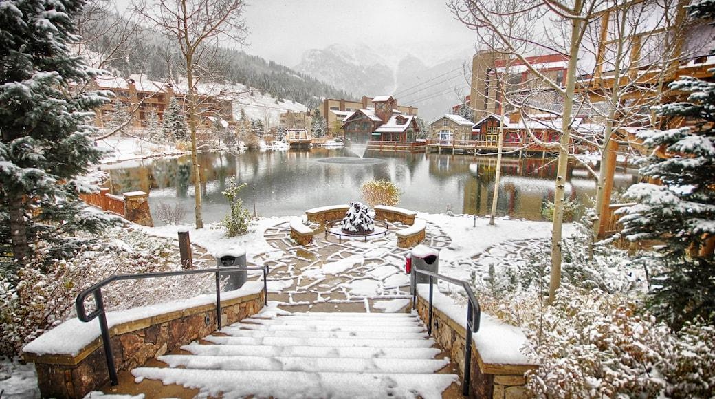 Estación de esquí Copper Mountain mostrando nieve, una fuente y un lago o espejo de agua