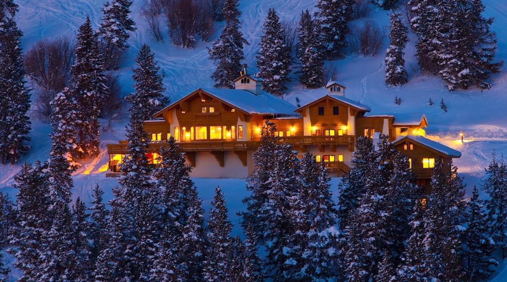 Vail Ski Resort que incluye escenas de noche y un hotel de lujo o resort