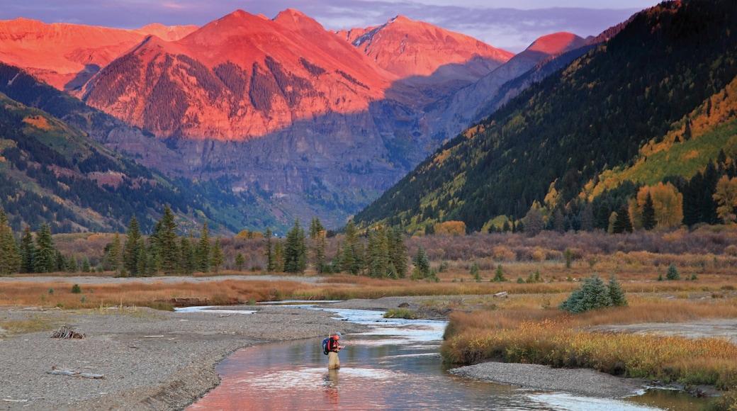 Telluride Ski Resort que incluye escenas tranquilas, un río o arroyo y un atardecer