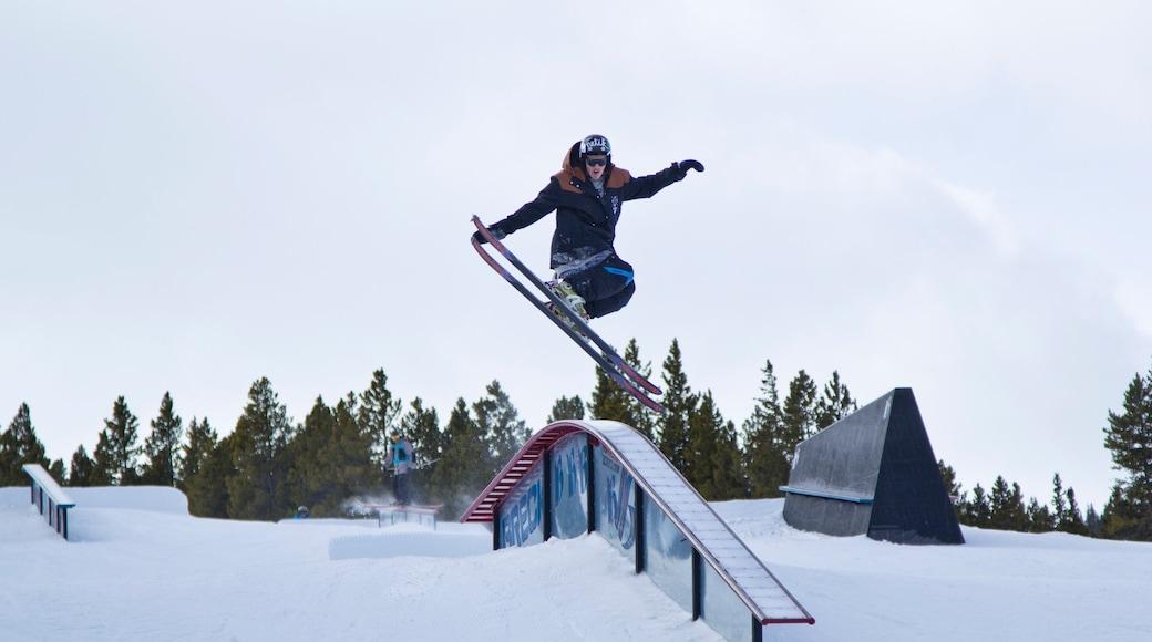 Breckenridge Ski Resort que incluye ski en la nieve y nieve y también un hombre
