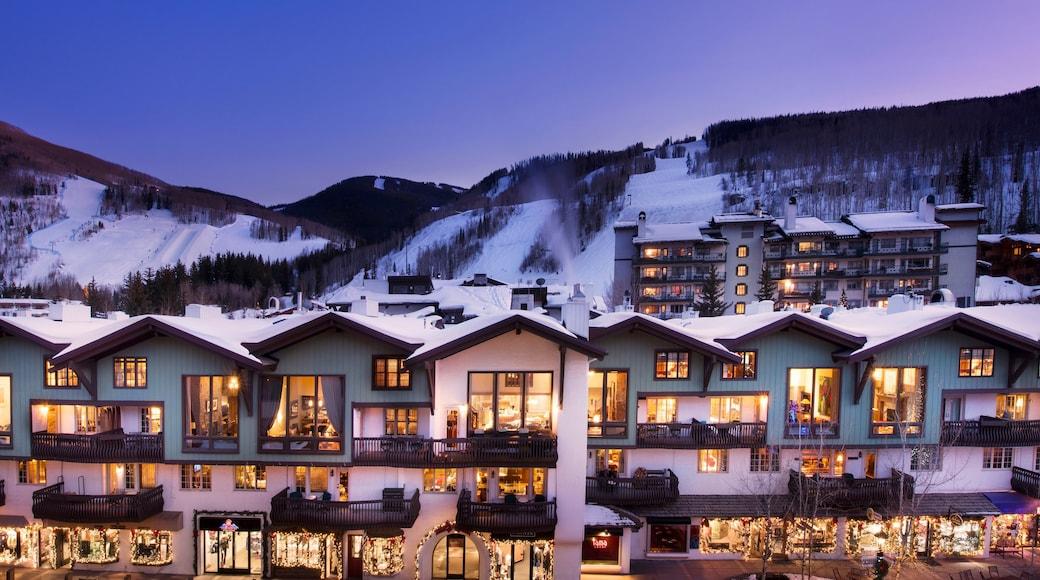 Vail som visar snö, ett lyxhotell och nattliv