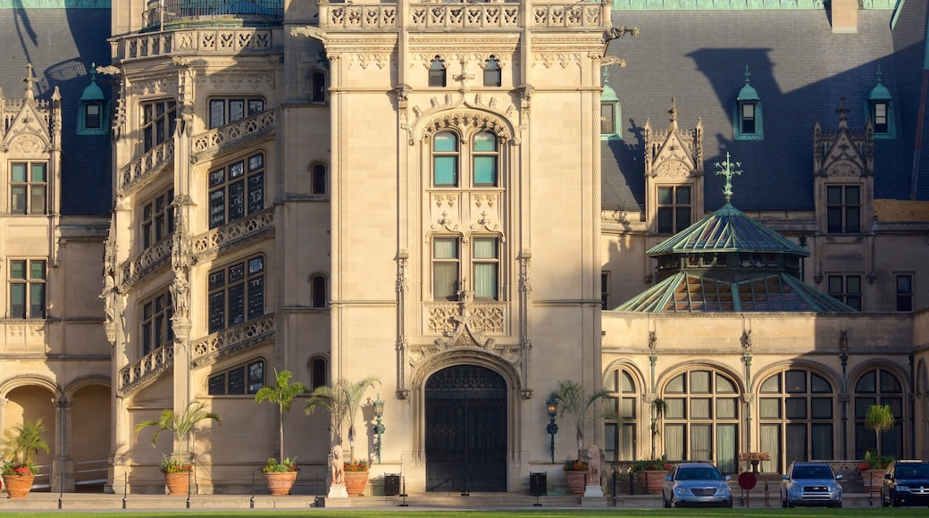 Biltmore Estate which includes heritage architecture, chateau or palace and heritage elements