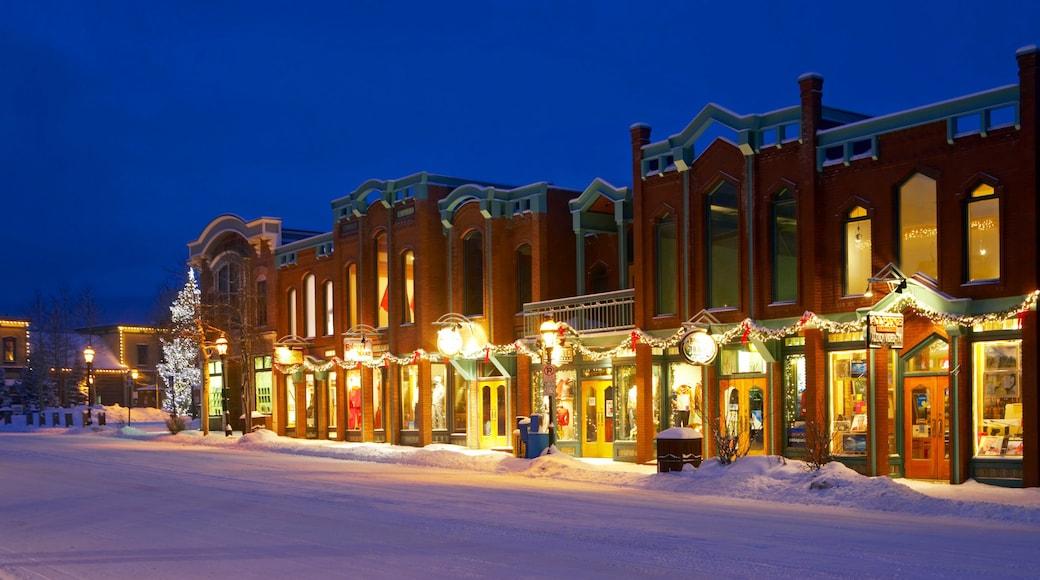 Breckenridge Ski Resort mostrando escenas de noche, imágenes de calles y nieve