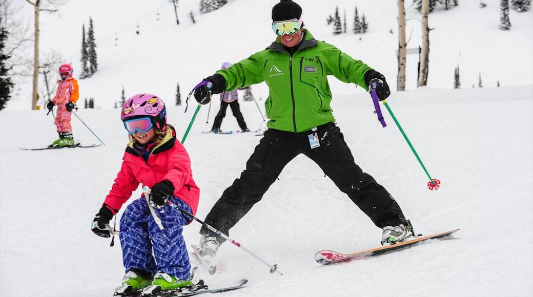 Grand Targhee Resort mit einem Schnee und Skifahren sowie kleine Menschengruppe