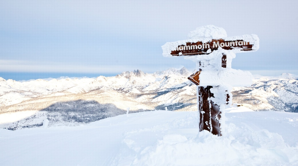 Mammoth Mountain Ski Resort que inclui neve, sinalização e montanhas
