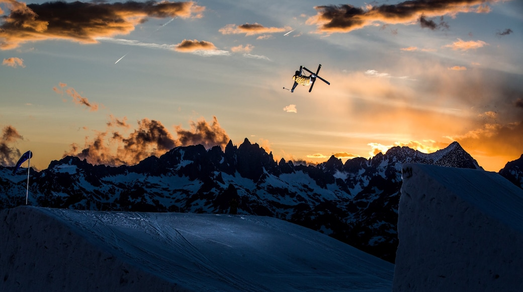 Mammoth Mountain Ski Resort which includes snow, mountains and a sunset