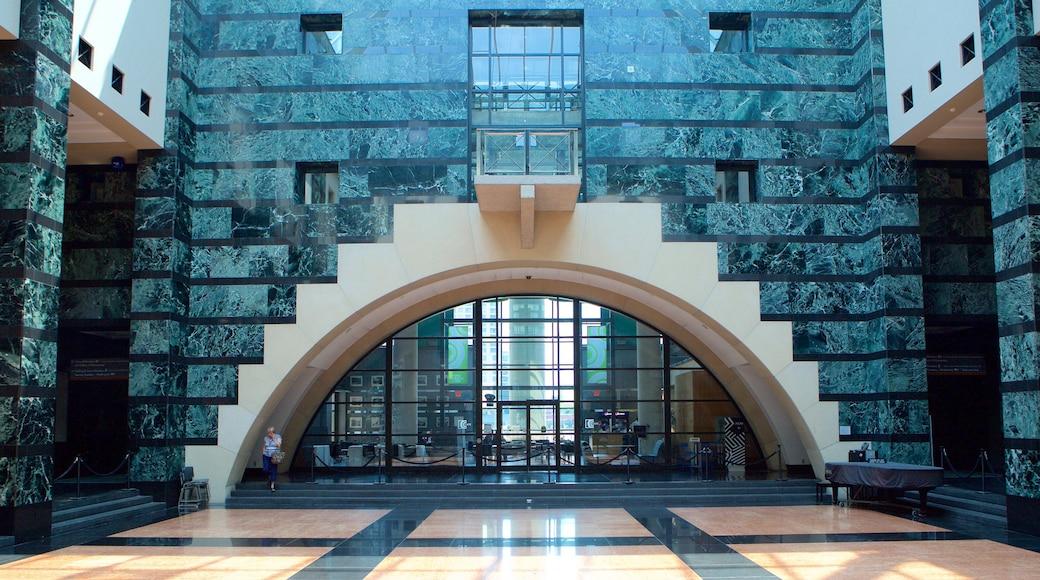 Centro Cívico de Mississauga mostrando arquitectura moderna, un edificio administrativo y vistas interiores