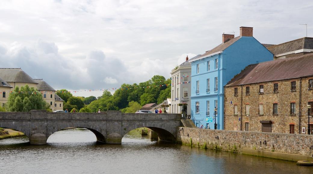 Haverfordwest ofreciendo un puente, un pueblo y un río o arroyo