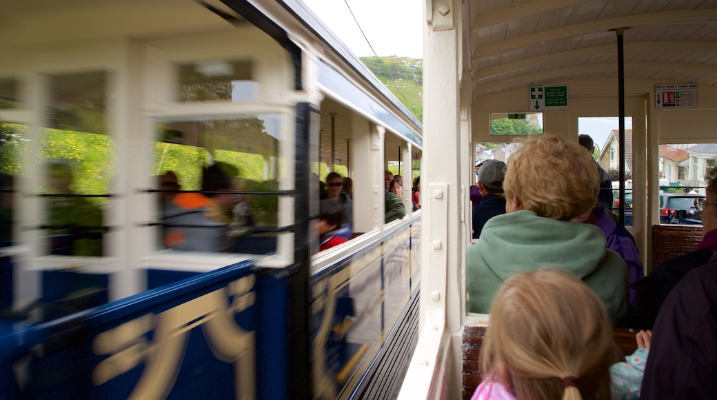 Great Orme Tramway das einen Eisenbahnbetrieb sowie kleine Menschengruppe