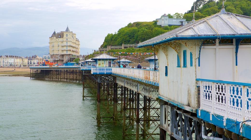 Llandudno Pier welches beinhaltet allgemeine Küstenansicht
