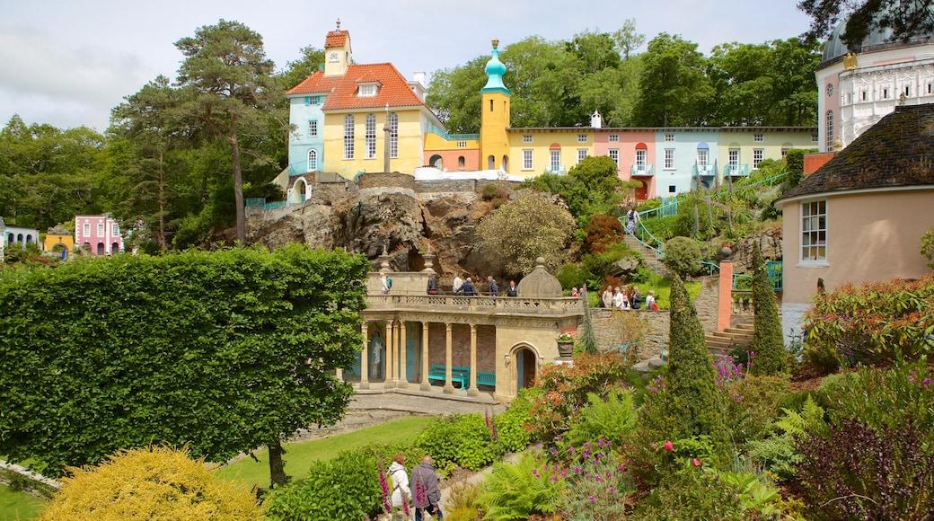Portmeirion welches beinhaltet Garten und Kleinstadt oder Dorf
