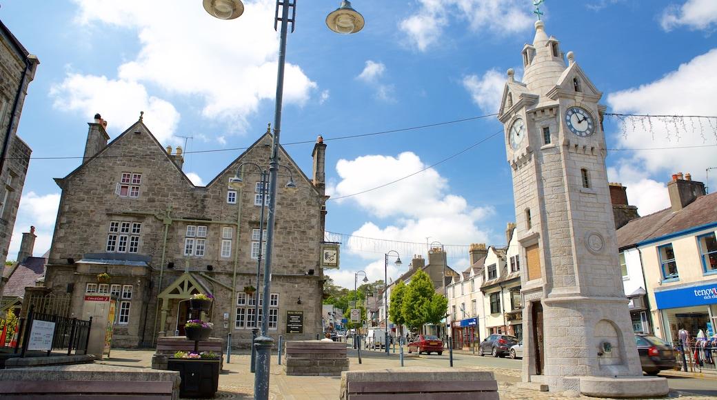 Llangefni mit einem Kleinstadt oder Dorf und Straßenszenen