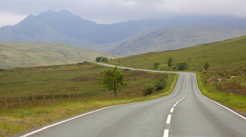 Snowdonia National Park mit einem Farmland und Nebel