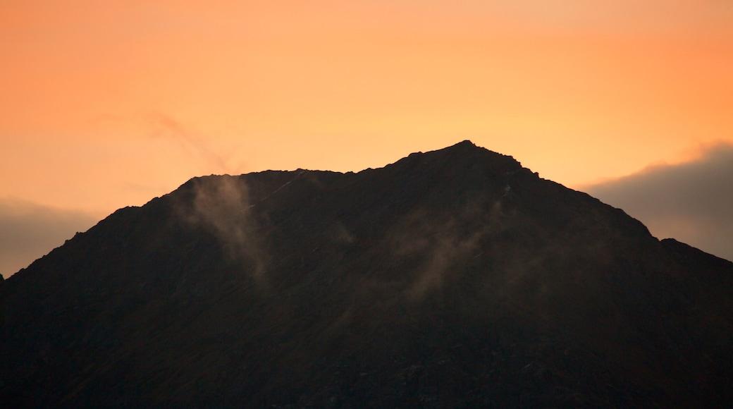 Mount Snowdon das einen Sonnenuntergang und Berge