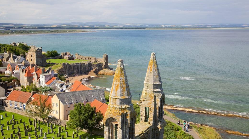 St. Andrew\'s Cathedral presenterar kustutsikter, landskap och en kuststad