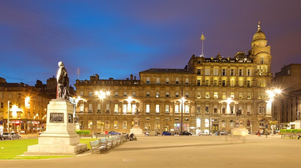 George Square mit einem Platz oder Plaza und bei Nacht
