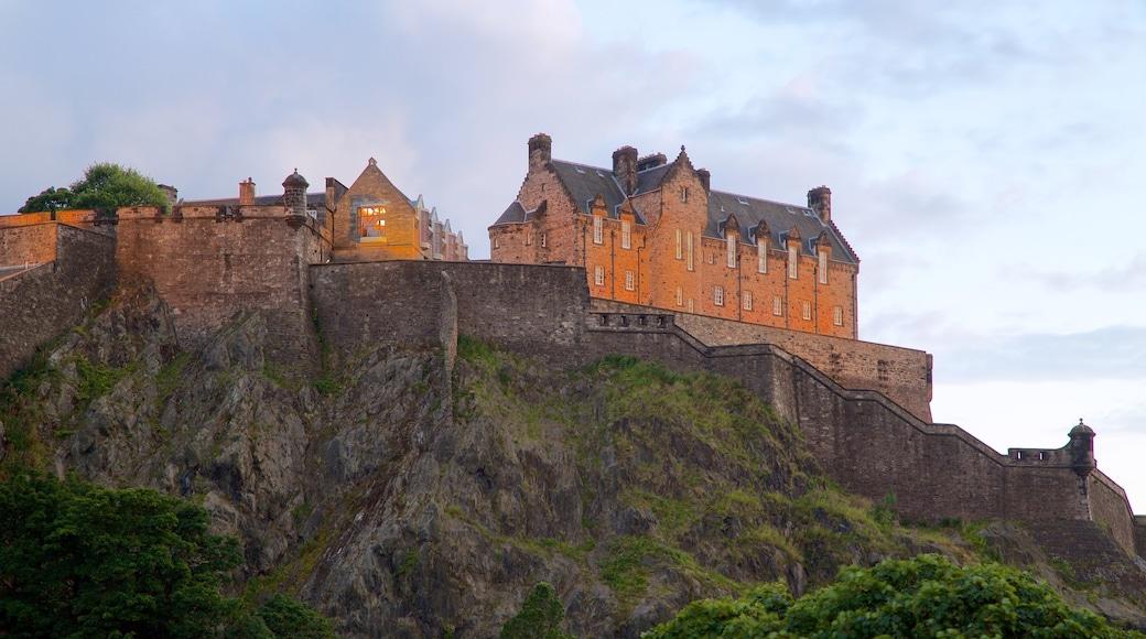 Castillo de Edimburgo mostrando elementos patrimoniales y palacio