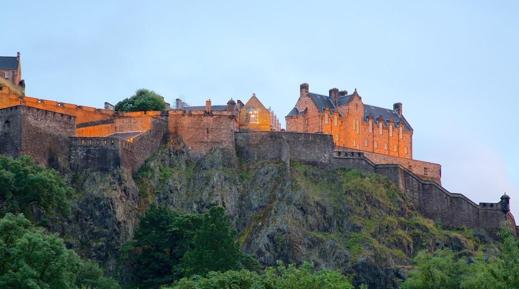 Castillo de Edimburgo mostrando palacio y elementos patrimoniales