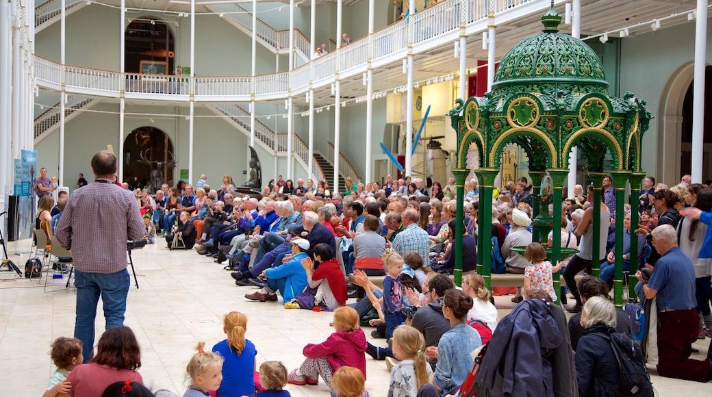 National Museum of Scotland montrant vues intérieures aussi bien que important groupe de personnes
