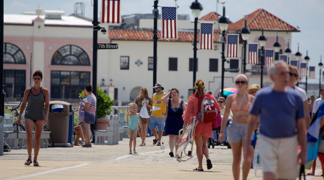 Ocean City showing street scenes as well as a large group of people