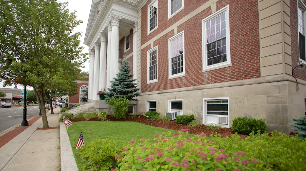 Woburn featuring an administrative building and street scenes